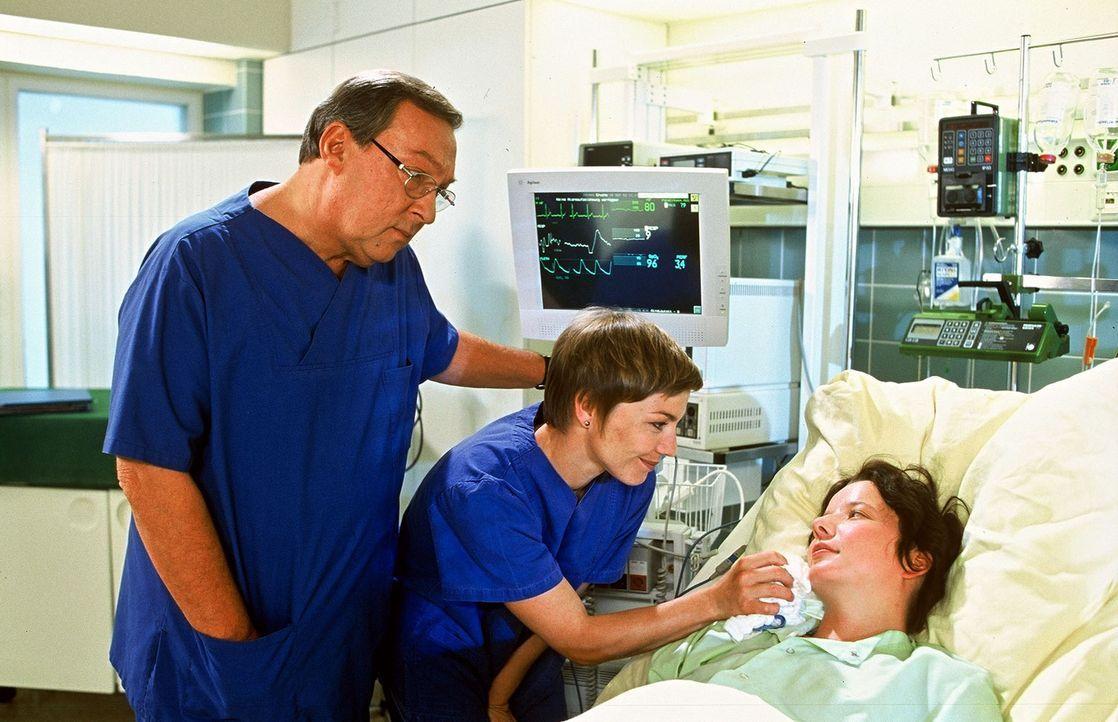 Prof. Friedländer (Jaecki Schwarz, l.) und Schwester Stephanie (Claudia Schmutzler, M.) sind erleichtert, dass es Verena (Katharina Kwaschik, r.) wi... - Bildquelle: Norbert Kuhroeber Sat.1