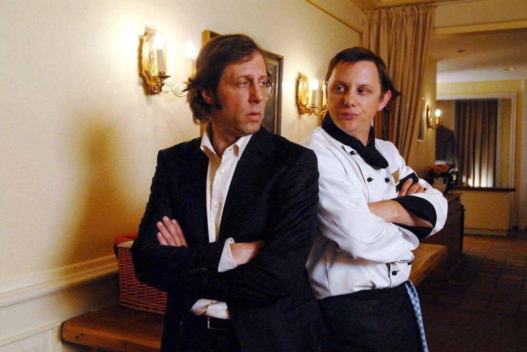 Bengt (Oliver Korittke, l.) und Koch Sven (Arndt Schwering-Sohnrey, r.) hoffen auf Gäste in ihrem Hotel ... - Bildquelle: Hardy Spitz Sat.1