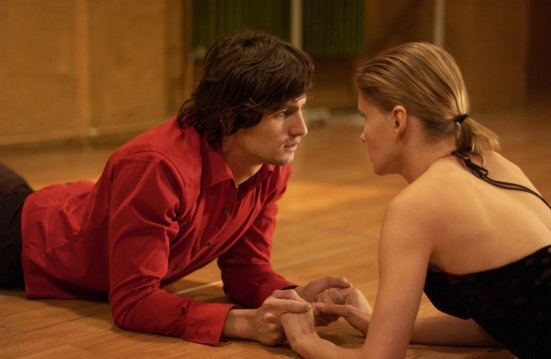 Nach und nach nähern sich Chris (Alexandra Finder, r.) und Tim (Tom Beck, l.) wieder einander an. Doch die junge Tänzerin lebt nur noch für ihren Tr... - Bildquelle: Rainer Bajo ProSieben