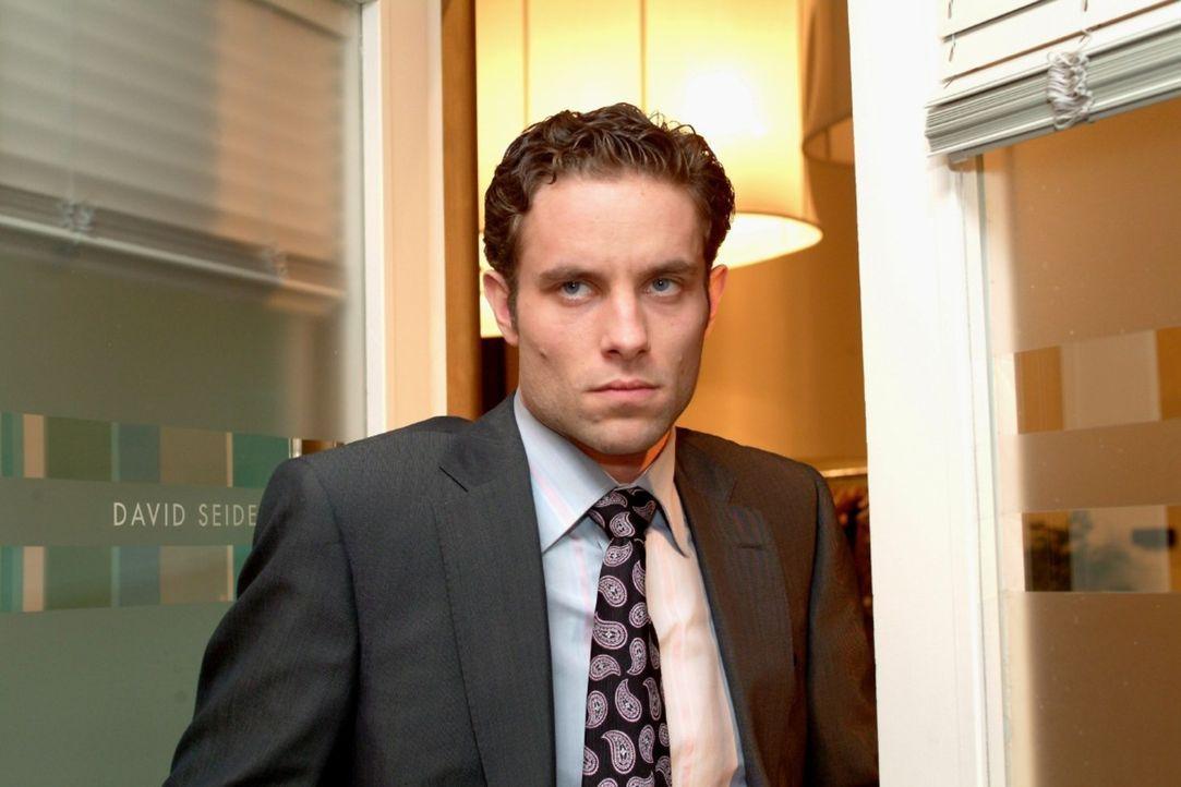Max (Alexander Sternberg) zieht sich gekränkt zurück, als er merkt, dass David Lisas Plänen zustimmt. - Bildquelle: Monika Schürle Sat.1
