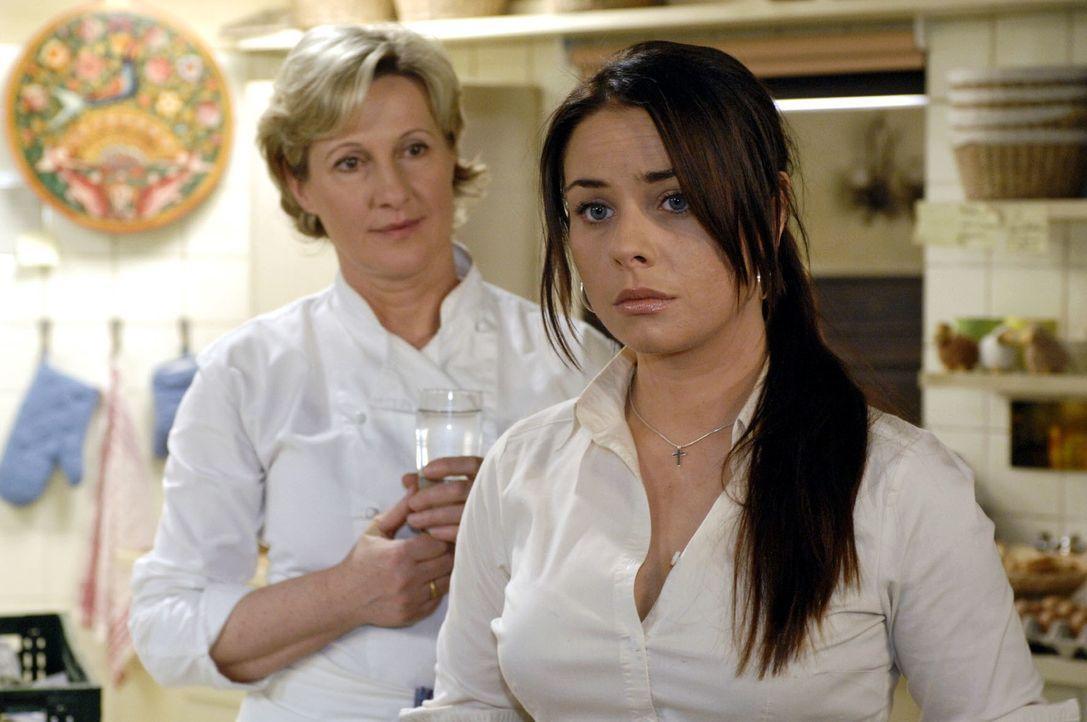 Paloma (Maja Maneiro, r.) erzählt Susanne (Heike Jonca, l.) von ihrem Frust. - Bildquelle: Oliver Ziebe Sat.1