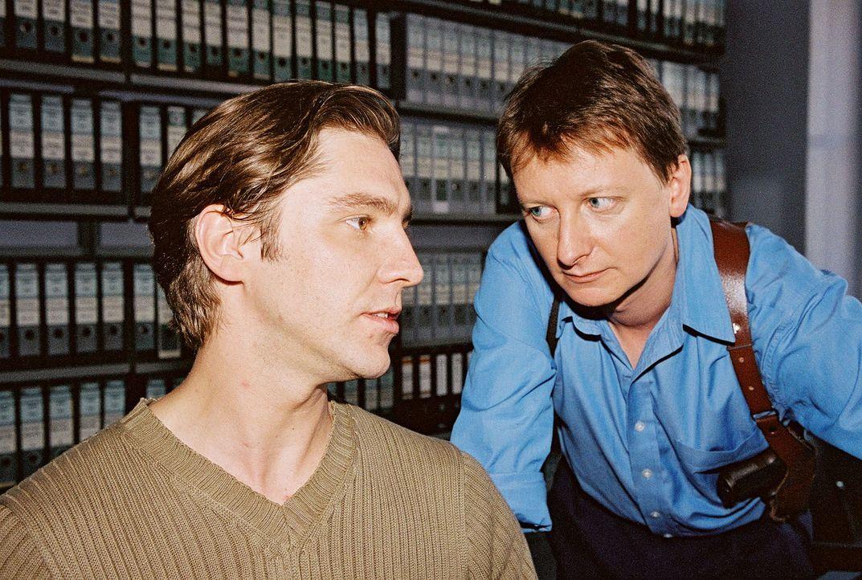Christian Böck (Heinz Weixelbraun, r.) befragt den Kassierer der Privat-Bank, Hans Czermak (Nicki von Tempelhoff, l.), zur Identität des maskierten... - Bildquelle: Ali Schafler Sat.1