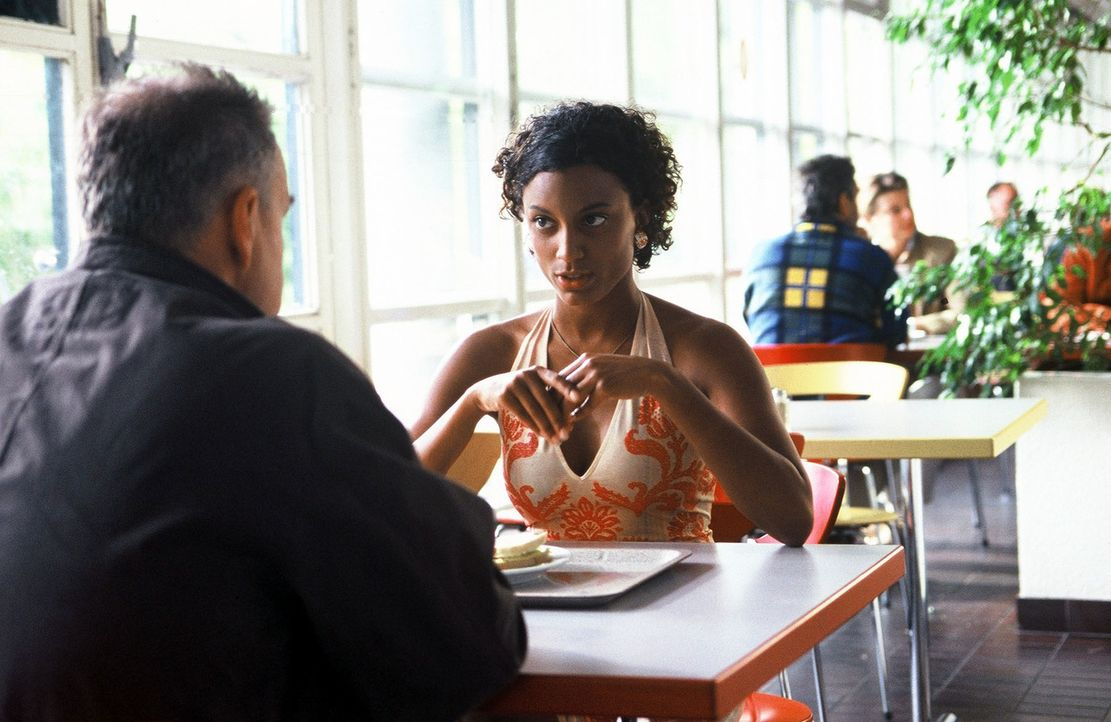 Wolff (Jürgen Heinrich, l.) erfährt von Esperanza (Pia Ampaw, r.), Simones bester Freundin, dass Simone von dem Filmemacher László erpresst wird. - Bildquelle: Roland Horn Sat.1