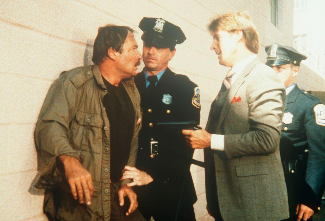 Lee (Bruce Boxleitner, 2.v.r.) hat sich und Amanda aus der Gewalt des Widersachers befreit und übergibt ihn der Polizei. - Bildquelle: CBS Television
