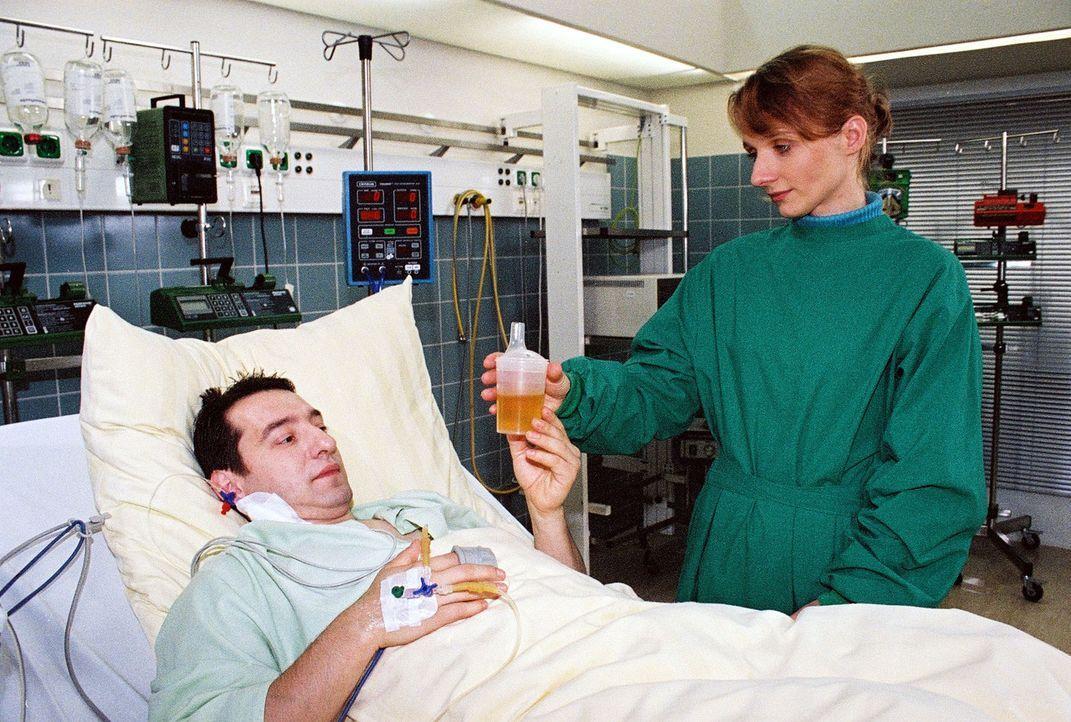Yvonne Caspari (Susanne Bentzien, r.) weiß noch nicht, dass ihr Freund Mike (Boris Ajinovic, l.) nach demReitunfall gelähmt bleiben wird... - Bildquelle: Monika Schürle Sat.1