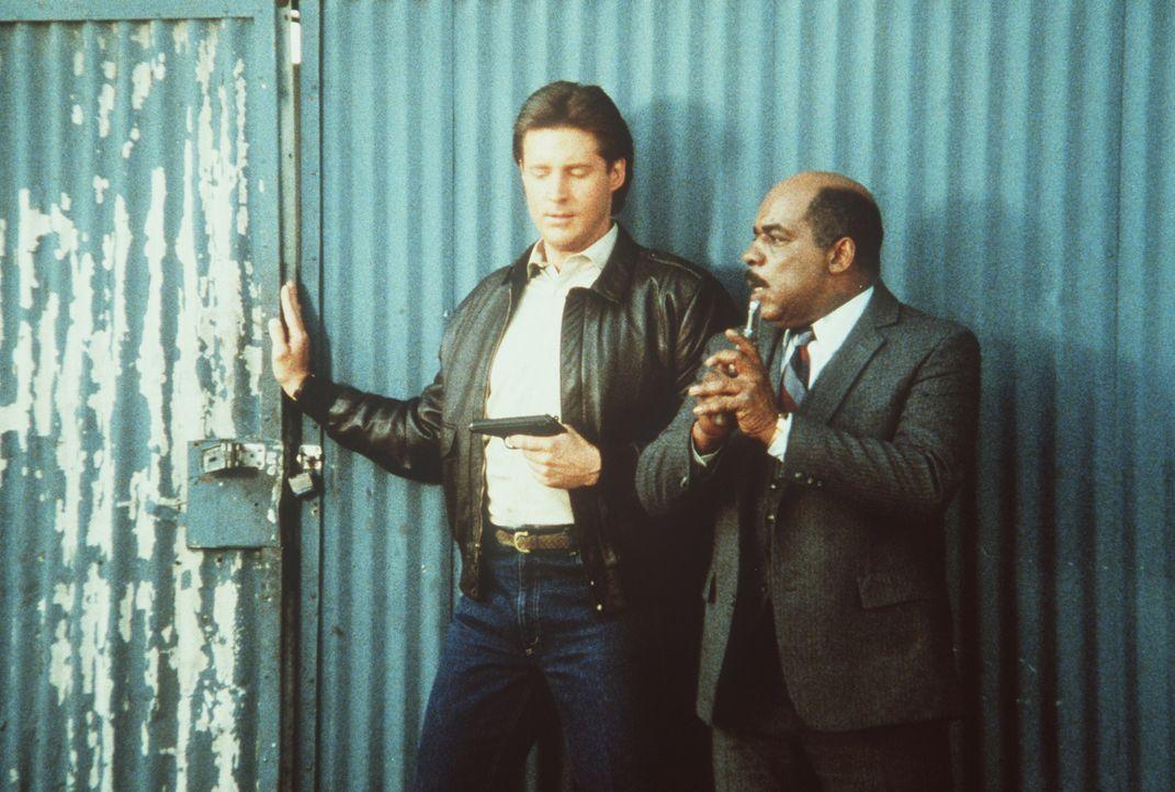 Lee (Bruce Boxleitner, l.) und Billy (Mel Stewart) überwältigen den KGB-Mann Soriakhof.