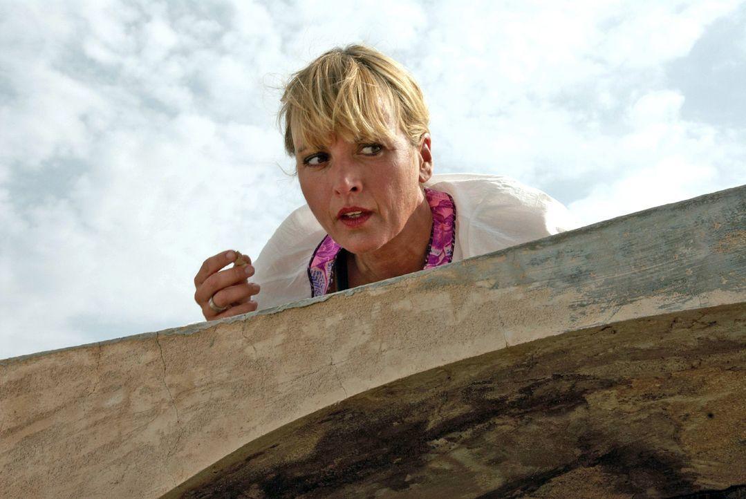 Nadine (Katharina Abt) kriecht über das Dach und versucht durch das Fenster in das Innere der Hütte zu sehen ... - Bildquelle: sat.1