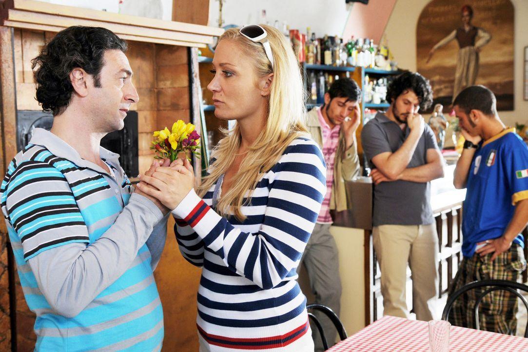 Francesco (Claudio Caiolo, l.) macht Regina (Janine Kunze, r.) einen Heiratsantrag. - Bildquelle: Aki Pfeiffer Sat.1