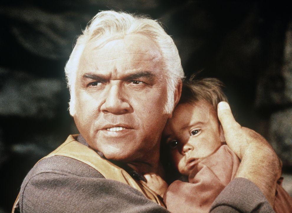 Ben Cartwright (Lorne Greene) ist entschlossen, sich für Alicia und ihr Baby einzusetzen. - Bildquelle: Paramount Pictures