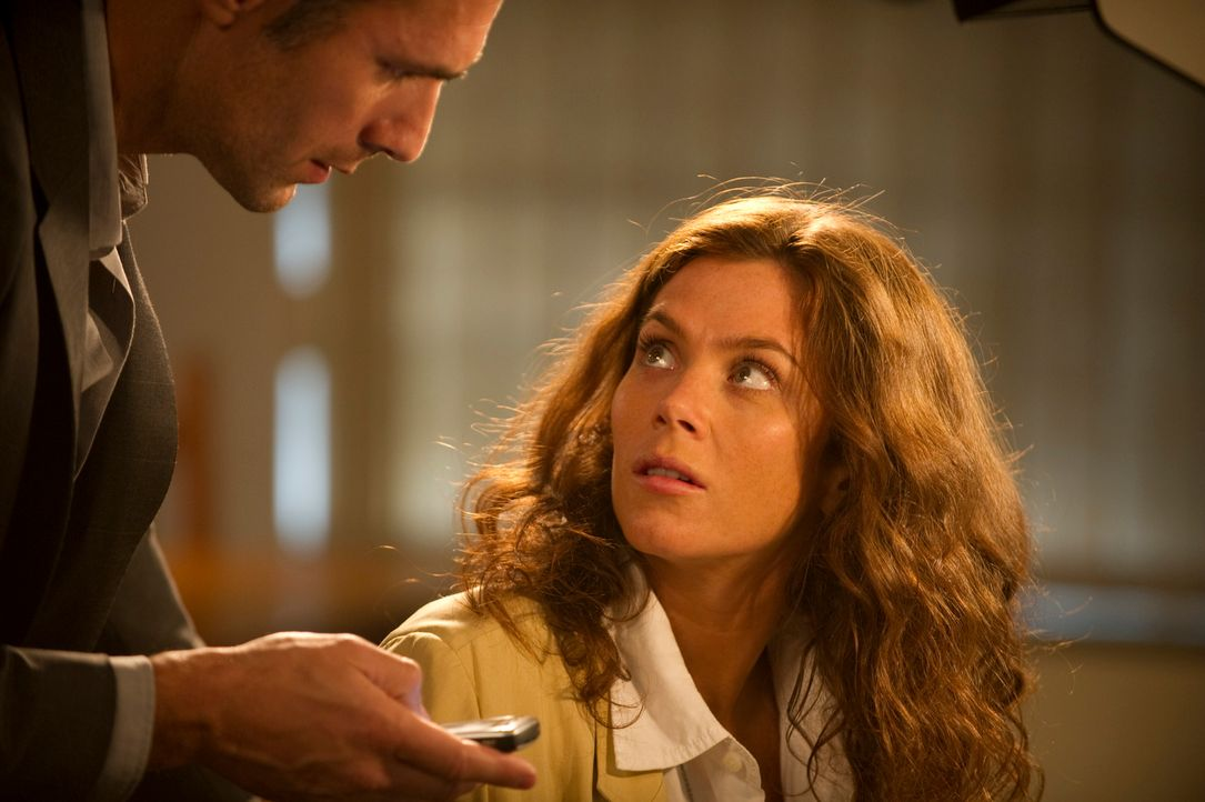 Während Angelos (Raoul Bova, l.) Interesse der Reliquie selbst gilt, will Victoria Carter (Anna Friel, r.) das Geheimnis von König Salomos Siegel lö... - Bildquelle: Tandem Communication GmbH & Film Afrika Worldwide (Pty) Limited South Africa