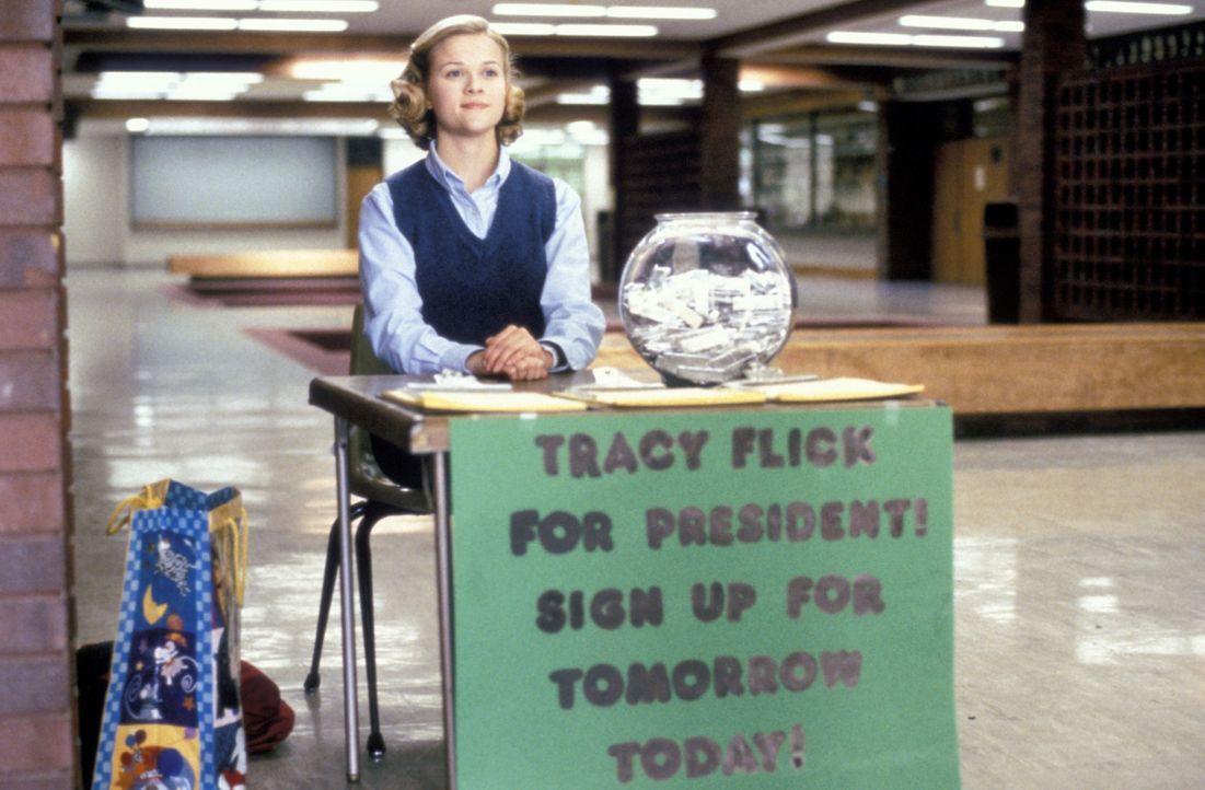 Mit aufgesetzter Tugendhaftigkeit und professionellem Einsatz will die Einser-Schülerin Tracy Flick (Reese Witherspoon) die Wahl zur Schülersprecher... - Bildquelle: TM &   1999 BY PARAMOUNT PICTURES. ALL RIGHTS RESERVED.