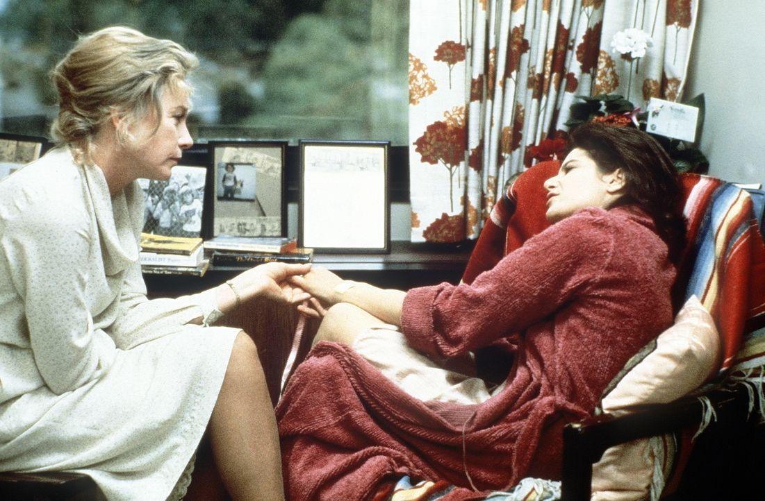 Erst nach vielen Schicksalsschlägen finden Emma (Debra Winger, r.) und ihre Mutter Aurora (Shirley MacLaine, l.) schließlich zueinander ... - Bildquelle: Paramount Pictures