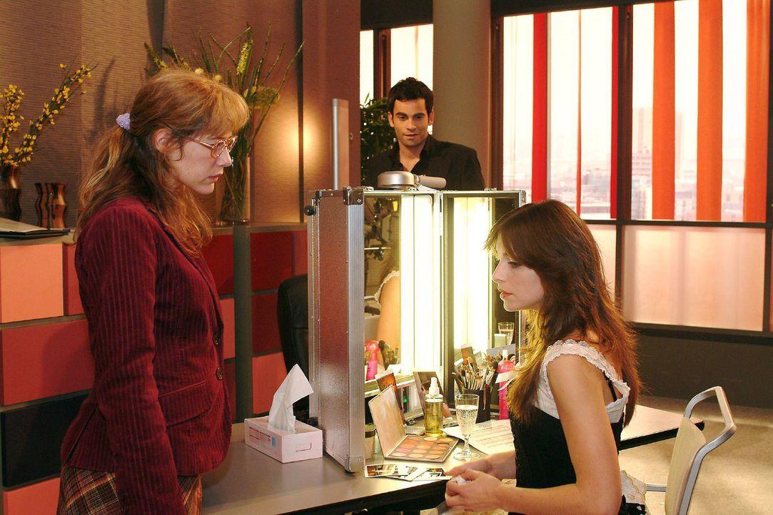 Lisa (Alexandra Neldel, l.) ist überfordert, als Mariella (Bianca Hein, r.) sie bittet, das Geheimnis über ihre Affäre zu bewahren. Bevor sie reagie... - Bildquelle: Monika Schürle Sat.1