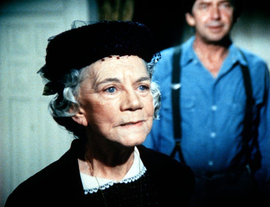 Großmutter Walton (Ellen Corby, l.) will ihre Freundin davon überzeugen, sich an den Augen operieren zu lassen. John Walton (Ralph Waite, r.) steht... - Bildquelle: WARNER BROS. INTERNATIONAL TELEVISION