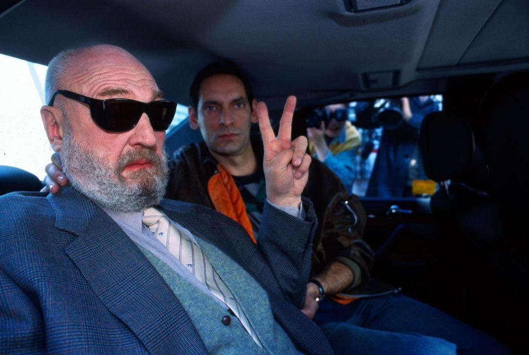 Die Maskerade für die Pressemeute ist perfekt. Der tote Dreher (Rolf Hoppe, l.) wird aus dem Gefängnis in einer Limousine durch die Fotografenmenge... - Bildquelle: Grabka Sat.1