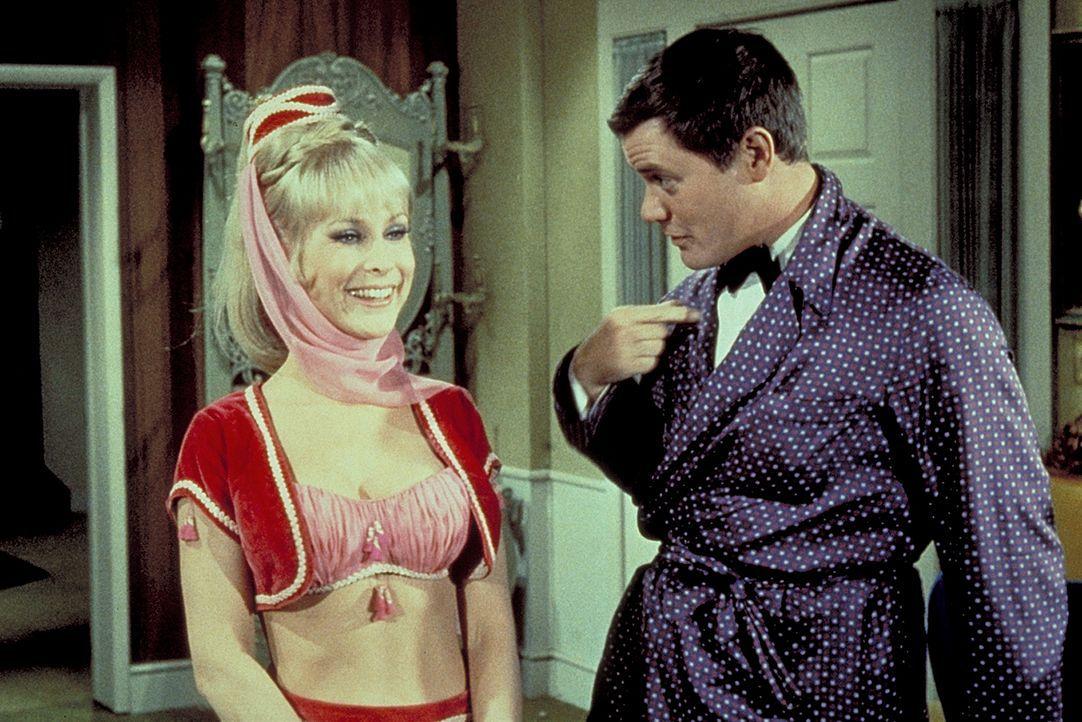 Wieder einmal kämpfen Jeannie (Barbara Eden, l.) und ihre böse Schwester um Tonys (Larry Hagman, r.) Gunst - mit allen Mitteln ... - Bildquelle: Columbia Pictures