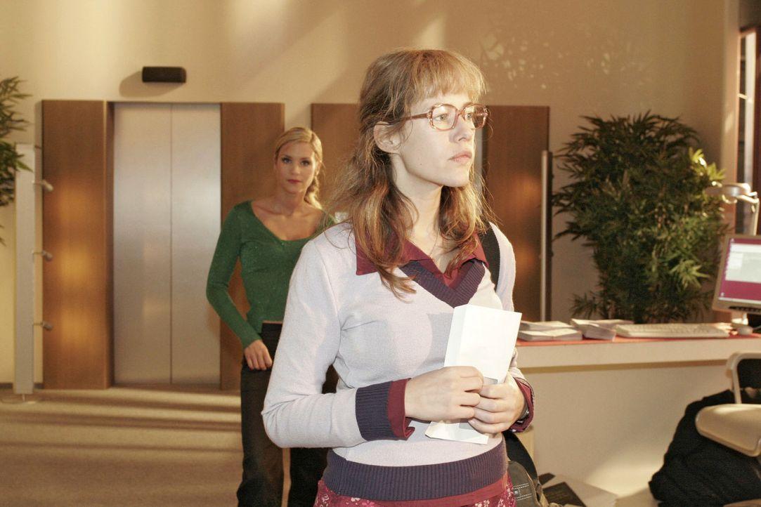 Lisa (Alexandra Neldel, r.) bewahrt Haltung, als Sabrina (Nina-Friederike Gnädig, l.) sich über ihr niedriges Gehalt lustig macht ... (Dieses Foto v... - Bildquelle: Noreen Flynn Sat.1