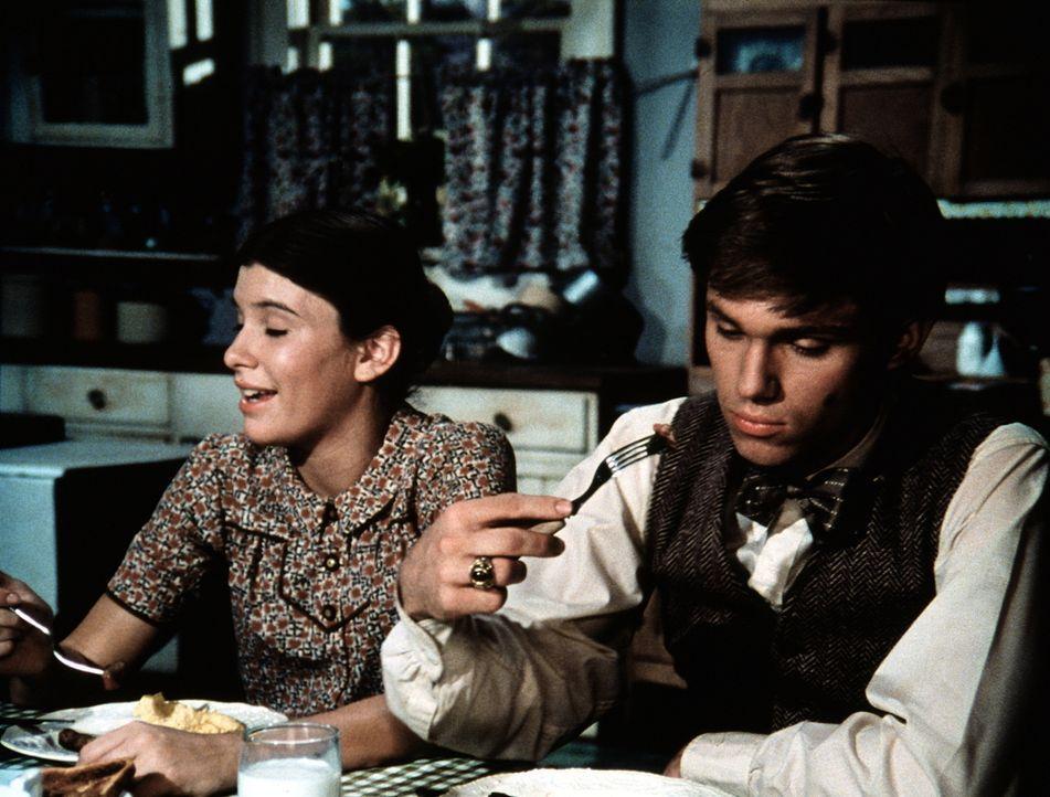 Endlich ist es so weit: John-Boys (Richard Thomas, r.) großer Tag ist da - sein aller erster Tag auf dem College. Seine Schwester (Judy Norton-Taylo... - Bildquelle: WARNER BROS. INTERNATIONAL TELEVISION