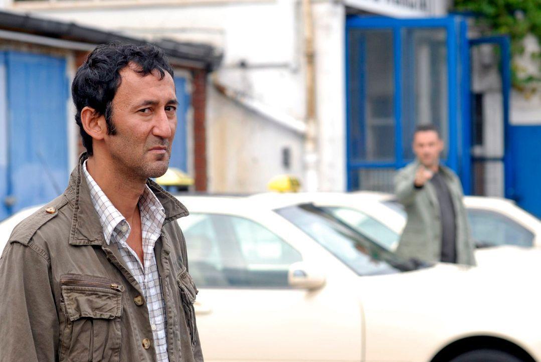 Benno (Denis Petkovic, r.) verfolgt den Taxifahrer Bülent Durmaz (Ercan Durmaz, l.), der kurz vor der Ermordung der Krankenschwester Prosecco getrun... - Bildquelle: Christoph Assmann Sat.1