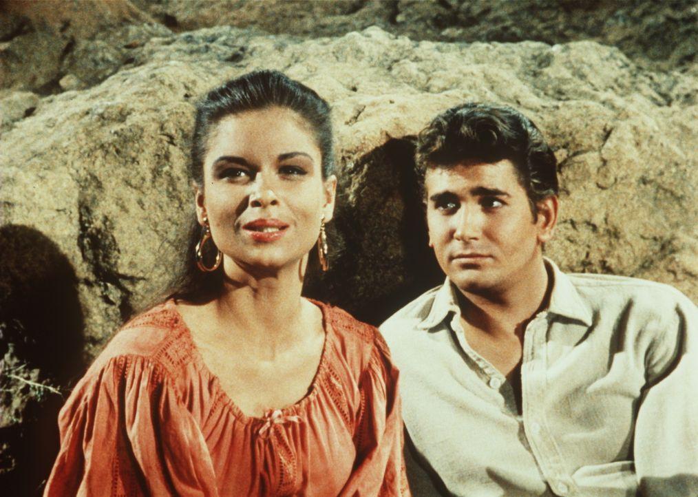 Little Joe Cartwright (Michael Landon, r.) hat sich in das Zigeunermädchen Tirza (Susan Harrison, l.) verliebt. - Bildquelle: Paramount Pictures