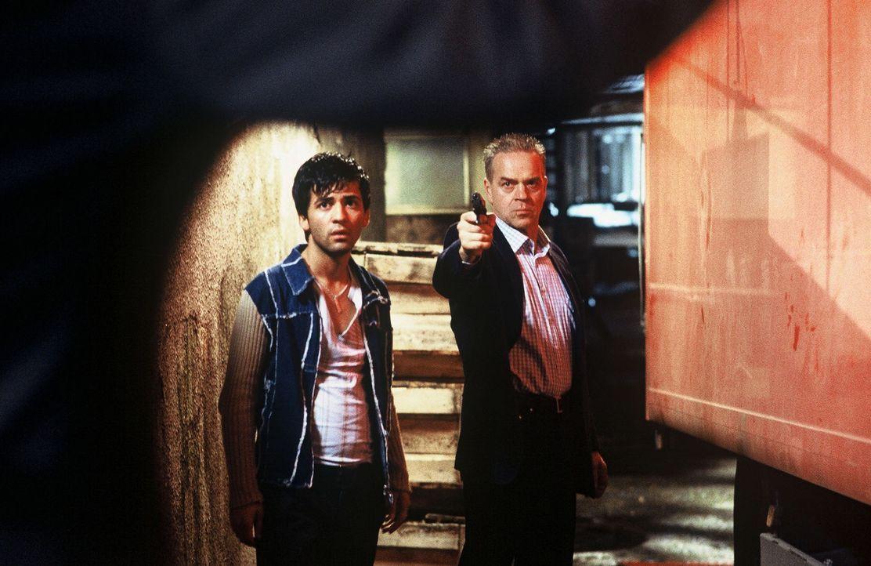 Wolff (Jürgen Heinrich, r.) und Cem (Navid Akhavan, l.) werden in Lissabon verfolgt. - Bildquelle: Roland Horn Sat.1