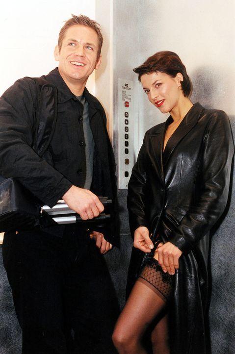 Klaus (Tobias Hoesl, l.) und Tina Kainz (Sabine Petzl, r.) bevorzugen Liebesspiele zu dritt. Sie machen sich auf den Weg zu ihrem aktuellen Date ... - Bildquelle: Ali Schafler Sat.1