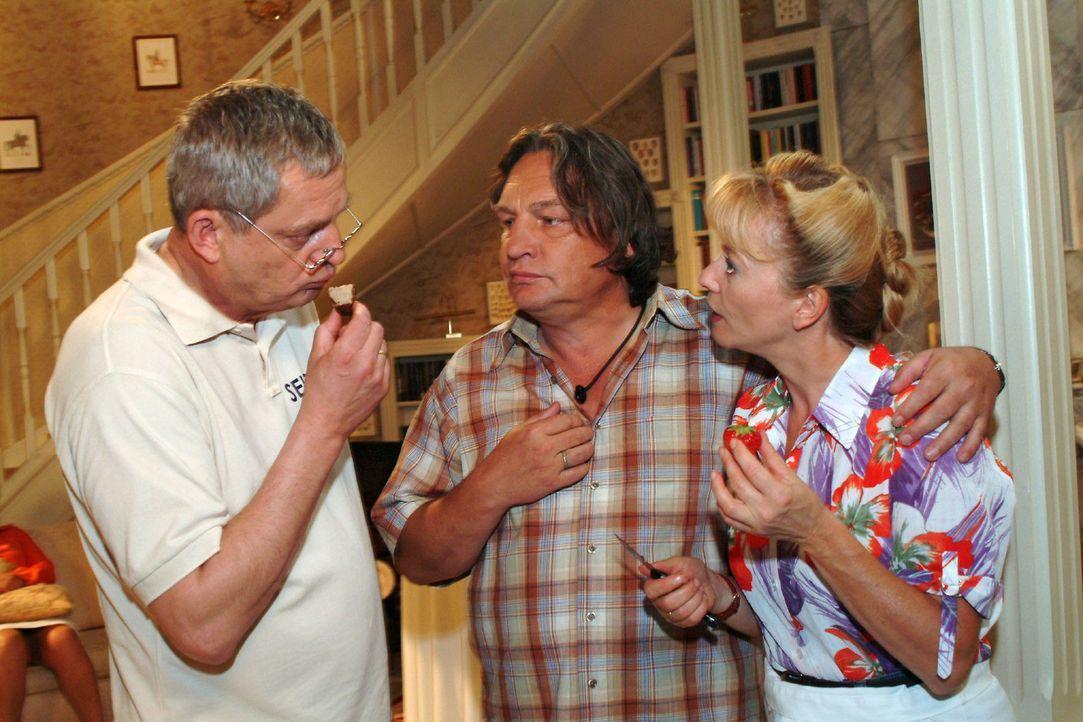 Helga (Ulrike Mai, r.) und Bernd (Volker Herold, M.) fühlen sich ein bisschen überrumpelt, als Friedrich (Wilhelm Manske, l.) vorschlägt, dass sie a... - Bildquelle: Monika Schürle Sat.1
