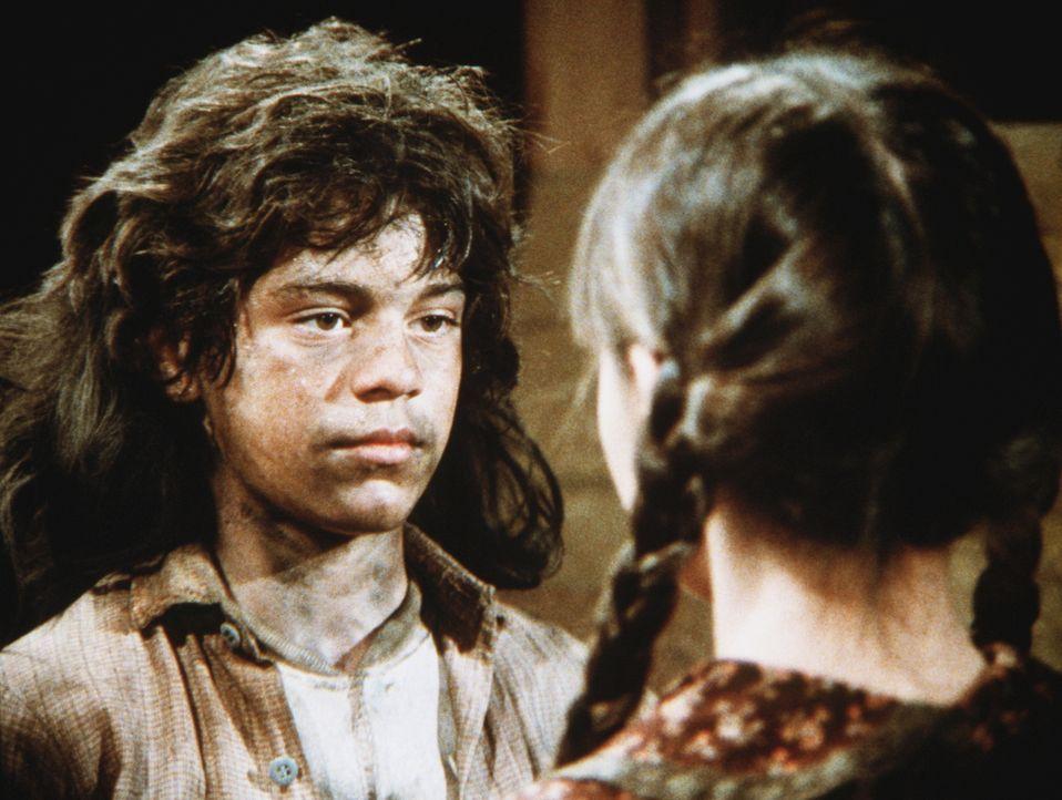 """Plötzlich steht Jenny Wilder (Shannen Doherty, r.) dem """"Wolfsjungen"""" Matthew (Jonthan Hall Kovacs, l.) gegenüber, der aus seinem Käfig ausgebrochen... - Bildquelle: Worldvision"""