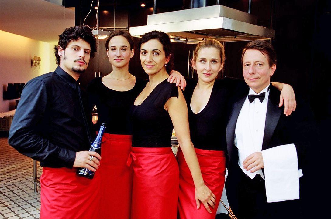 Ein perfektes Team für einen perfekten Abend: Gus (Manuel Cortez, l.), Britta (Henriette Heinze, 2.v.l.), Filiz (Ilknur Boyraz, M.), Manu (Barbara P... - Bildquelle: Hardy Spitz Sat.1