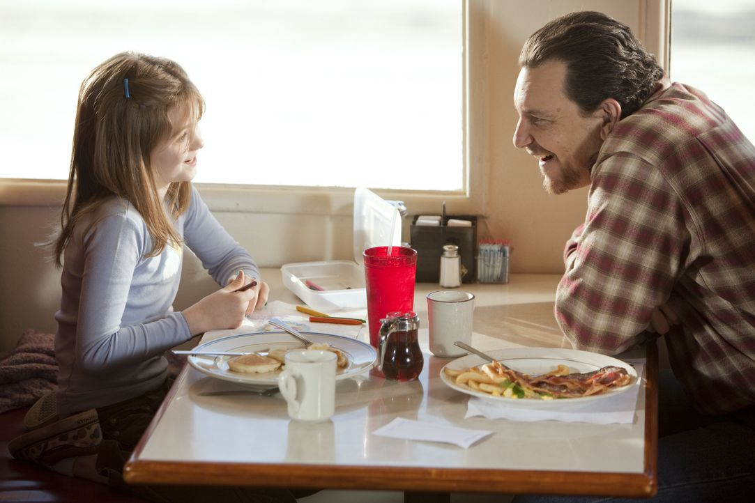 Wade Hatchett (Bradford Tatum, r.) will für seine Tochter Jody (Morgan Lily, l.) eine neue Mutter, und dafür geht er über Leichen ... - Bildquelle: Adam Rose 2010 ABC Studios. All rights reserved. / Adam Rose