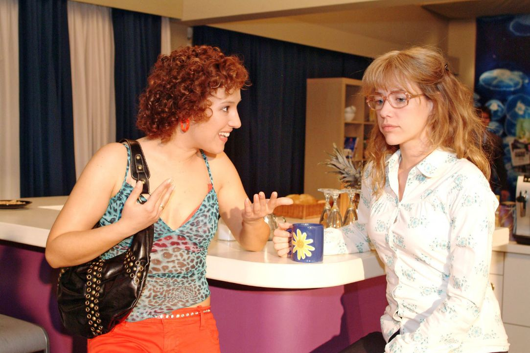 Gegenüber Yvonne (Bärbel Schleker, l.) äußert Lisa (Alexandra Neldel, r.) ihre Sorge, hinsichtlich Rokko alles falsch gemacht zu haben - und nimmt s... - Bildquelle: Monika Schürle Sat.1