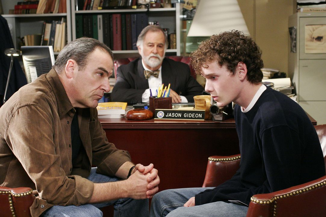 Gideon (Mandy Patinkin, l.) und der Anwalt (Marvin Shapiro, M.) teilen Nathan (Anton Yelchin, r.) mit, dass er als Serientäter in Frage kommt ... - Bildquelle: Ron Tom 2006 Touchstone Television. All rights reserved. NO ARCHIVE. NO RESALE.