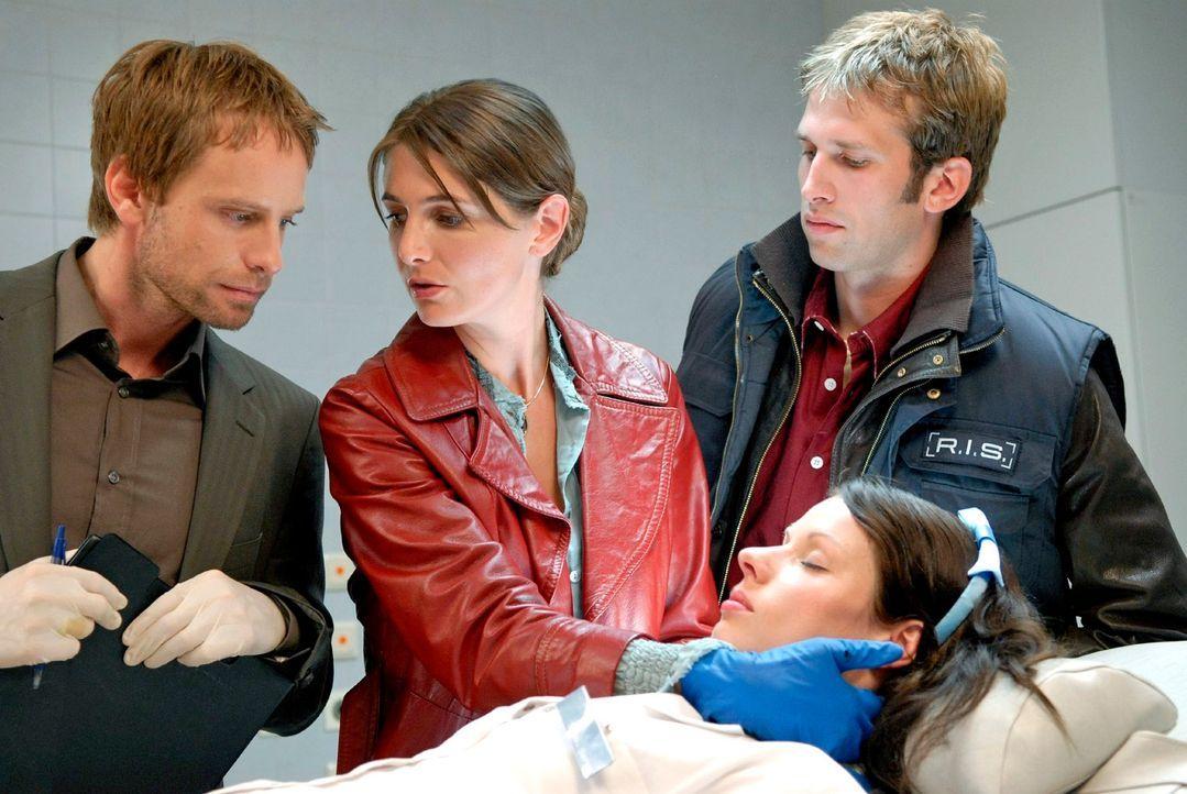 In einem Krankenhaus wird eine Nachtschwester (Sandra Mittelstädt, liegend) tot aufgefunden. Philip (Julian Weigend, l.), Dr. Stefanie Peters (Nicol... - Bildquelle: Christoph Assmann Sat.1