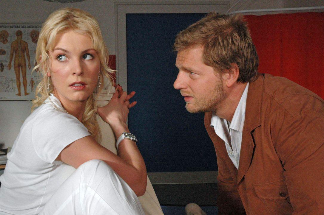 Jakob (Henning Baum, r.) hat nur Augen für Katharinas hübsche Freundin Marie (Yvonne Schönherr, l.) ... - Bildquelle: Kerstin Stelter Sat.1