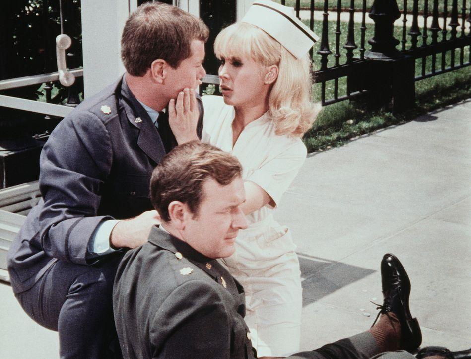 Jeannie (Barbara Eden, r.) wird von Tony (Larry Hagman, l.) und Roger (Bill Daily, M.) aus dem Krankenhaus geschmuggelt. Bei einem Zusammenstoss mit... - Bildquelle: Columbia Pictures