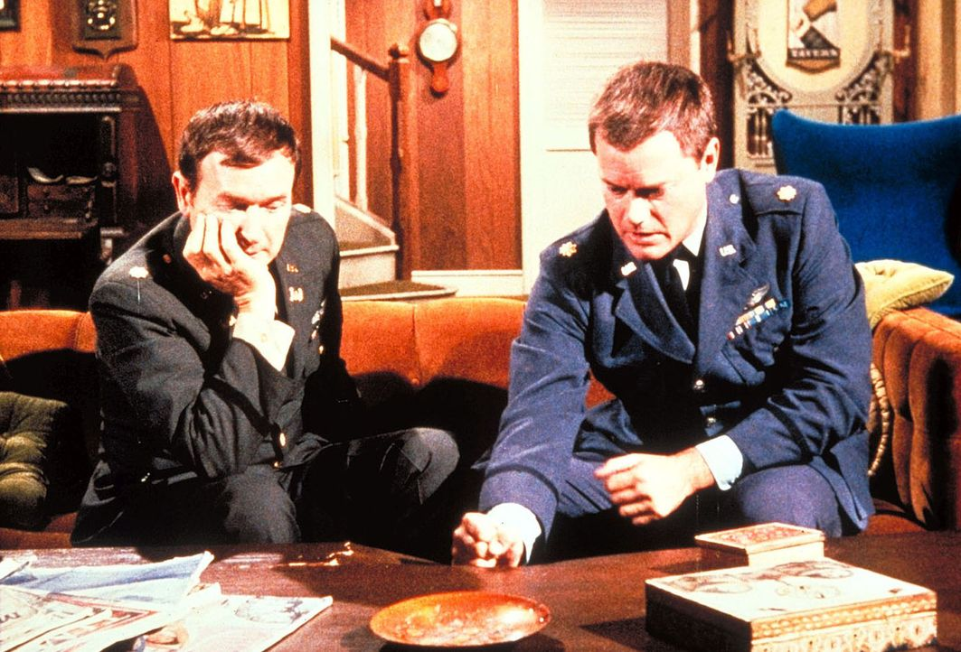 Tony (Larry Hagman, r.) soll gegen den Boxer Killer Culligan antreten. Unter Rogers (Bill Daily, l.) wachsamen Augen trainiert er. - Bildquelle: Columbia Pictures