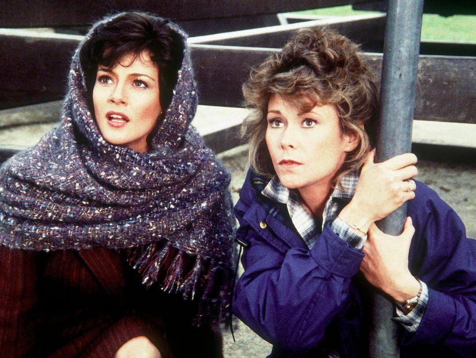 Magda (Martha Smith, l.) und Amanda (Kate Jackson) warten in äußerster Bedrängnis auf Hilfe.