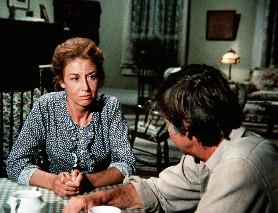 Olivia Walton (Michael Learned, l.) ist entsetzt. Man verdächtigt ihren Mann John (Ralph Waite, r.), bei der Familie Claybourne zwei silberne Becher... - Bildquelle: WARNER BROS. INTERNATIONAL TELEVISION