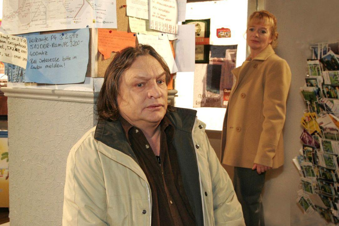Helga (Ulrike Mai, r.) ist schockiert, als Bernd (Volker Herold, l.) ihr seinen Gesundheitszustand beichtet. - Bildquelle: Monika Schürle Sat.1