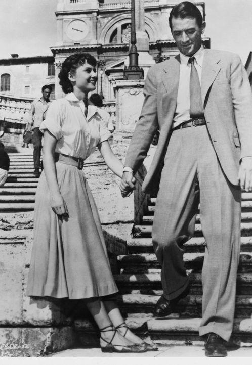 Nachdem er die Touristin Anne (Audrey Hepburn, l.) schlafend auf einer Parkbank entdeckt hat, nimmt Joe (Gregory Peck, r.) sie mit nach Hause. Noch... - Bildquelle: TM, ® &   (1953) BY PARAMOUNT PICTURES. All Rights Reserved.