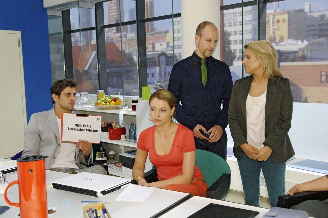 Anna (Jeanette Biedermann, r.) ist nervös, als Gerrit (Lars Löllmann, 2.v.r.) vor versammelter Mannschaft ihre Idee präsentiert. Doch die Präsentati... - Bildquelle: Oliver Ziebe Sat.1