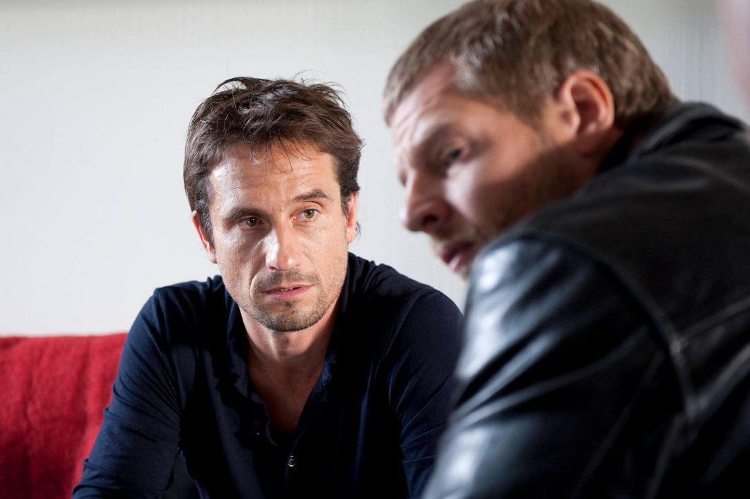 Serviert Mick (Henning Baum, r.) sofort ein Alibi: der Ehemannes des Mordopfers, Markus Rietz (Oliver Mommsen, l.) ... - Bildquelle: Martin Rottenkolber SAT.1