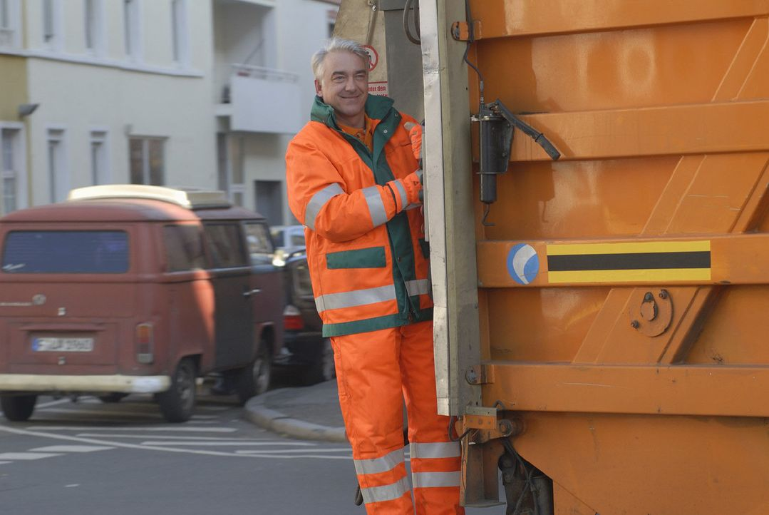 Lukas Kunze (Christoph M. Ohrt) arbeitet seit vielen Jahren als Müllmann. Doch er träumt schon lange davon, seiner beruflichen Karriere einen frisch... - Bildquelle: Jacqueline Krause-Burberg Sat.1