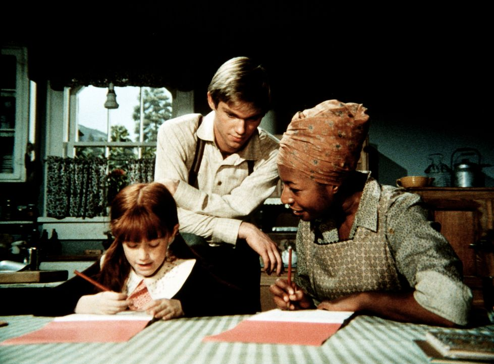 John-Boy (Richard Thomas, M.) bringt Verdie (Lynn Hamilton, r.) Schreiben und Lesen bei - was nicht lange geheim bleiben soll ... - Bildquelle: WARNER BROS. INTERNATIONAL TELEVISION