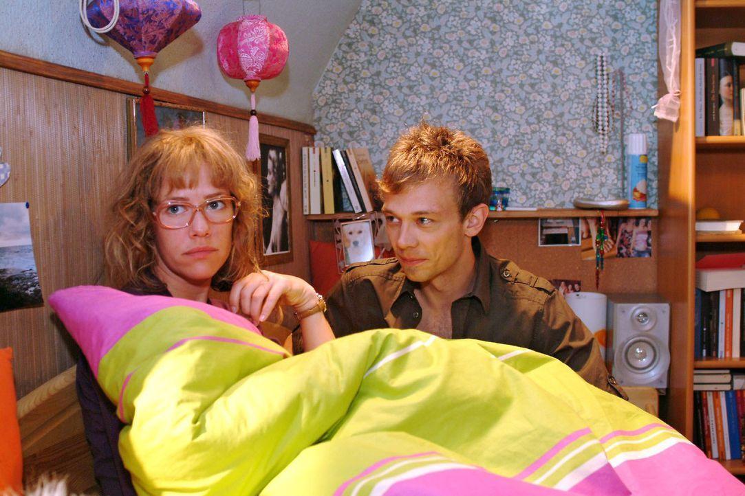 Jürgen (Oliver Bokern, r.) versucht Lisa (Alexandra Neldel, l.) das Gefühl zu geben, dass ihr vor ihm nichts peinlich sein muss. (Dieses Foto von Al... - Bildquelle: Monika Schürle Sat.1