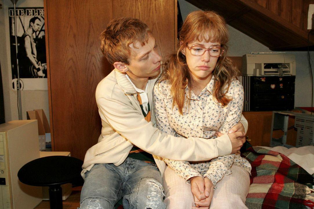 Jürgen (Oliver Bokern, l.) versucht Lisa (Alexandra Neldel, r.) so gut er kann zu trösten. (Dieses Foto von Alexandra Neldel darf nur in Zusammenhan... - Bildquelle: Monika Schürle Sat.1