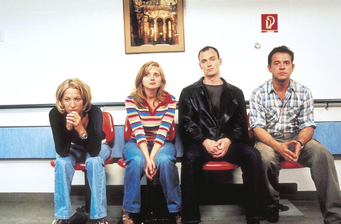 Erst Ewas drohende Fehlgeburt zeigt den Freunden Carla (Niki Greb, l.), Frank (Florian Fitz, r.), Neele (Nina Weniger, 2.v.li.) und Tom (Anian Zolln... - Bildquelle: Christa Köfer ProSieben/Köfer