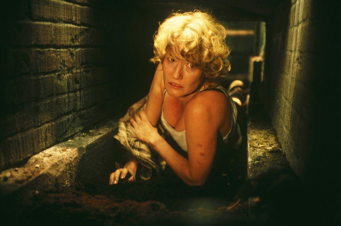 Nachts wird Ellen (Suzanne von Borsody) in ein Verlies unter dem Haus gesperrt, kann dort ausbrechen und gelangt so in eine Höhle. Doch Leon verfolg... - Bildquelle: Norbert Kuhroeber Sat.1
