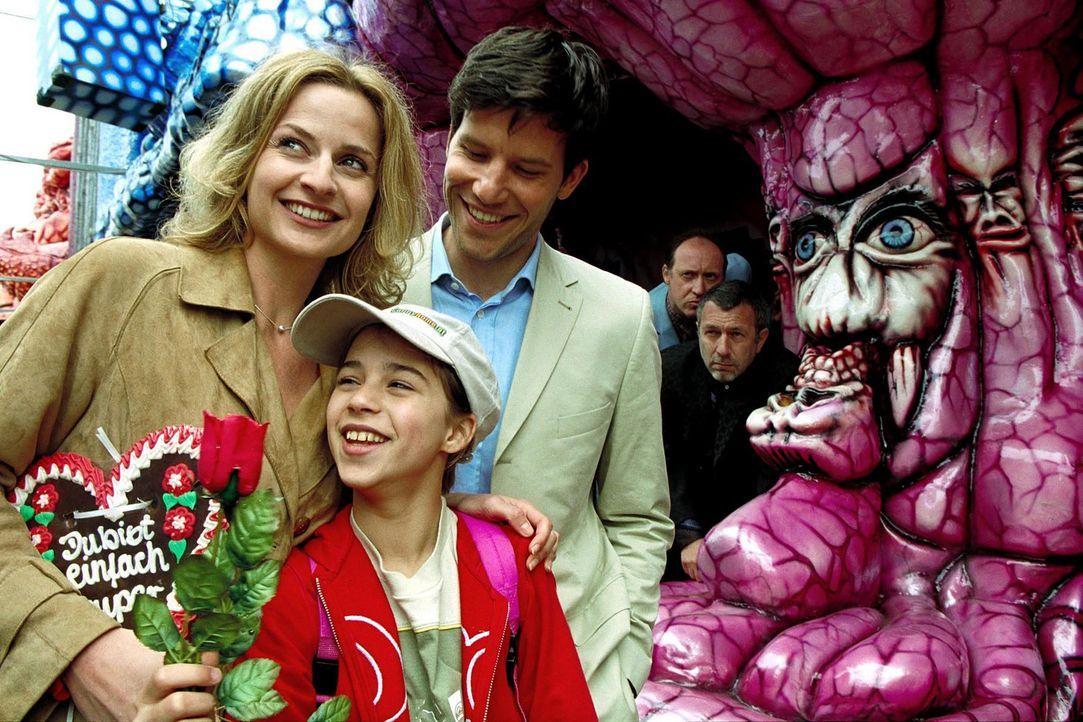 Marie (Maxime Foerste, M.) ist überglücklich, als sie mit Max (Tim Bergmann, r.) und Karo (Franziska Schlattner, l.) einen Tag auf dem Rummelplatz v... - Bildquelle: Erika Hauri Sat.1