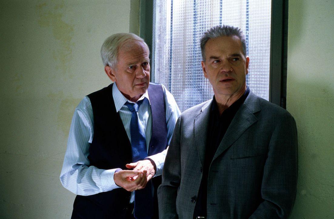 Dr. Grundhöfer (Klaus Barner, l.) sitzt in Untersuchungshaft, da Wolffs (Jürgen Heinrich, r.) Ermittlungen in dem Mordfall an dem Mauerschützen Loss... - Bildquelle: Alfred Raschke Sat.1